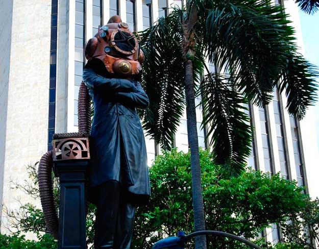 Escultura en Medellín vestida de Steampunk