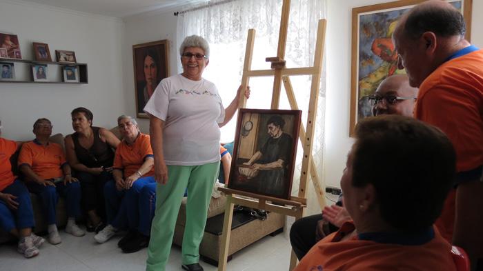 Mujer con Cuadro - Museos de Medellín